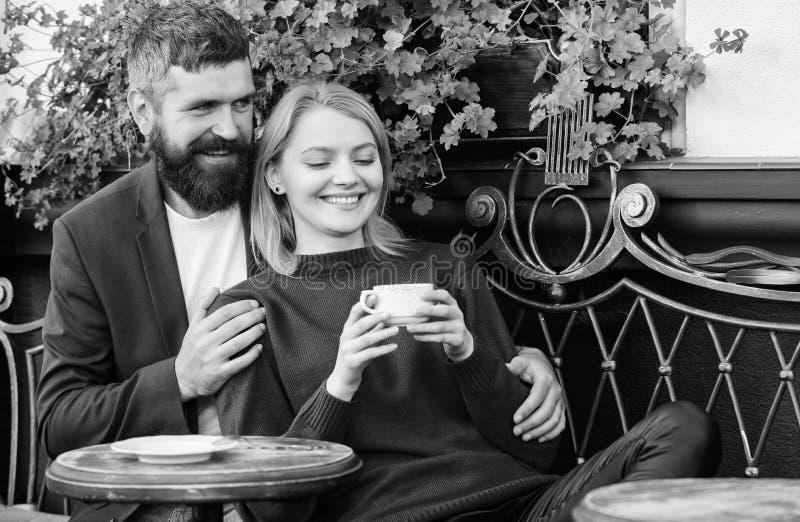 Coppie adorabili sposate che si rilassano insieme Corsa e vacanza Esplori il caff? ed i luoghi pubblici Caff? stringente a s? del fotografie stock libere da diritti