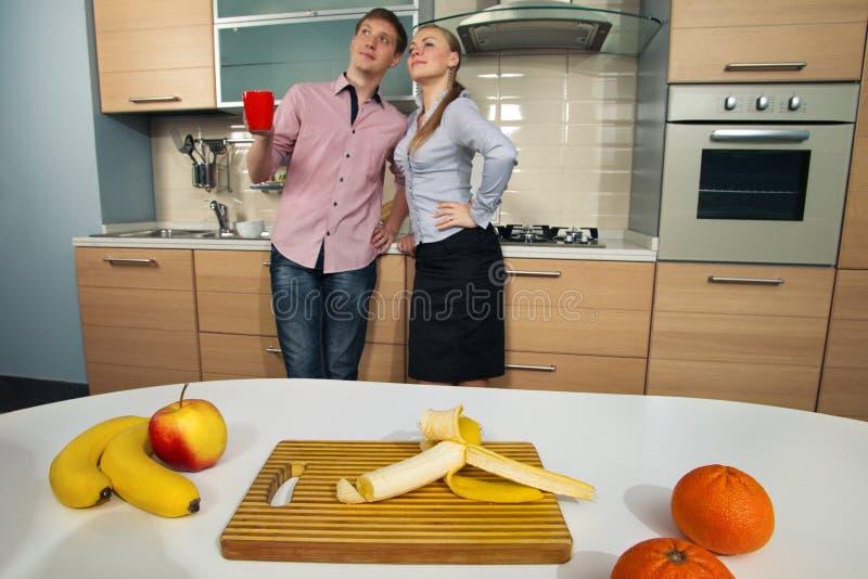 Coppie adorabili sulla cucina fotografia stock libera da diritti