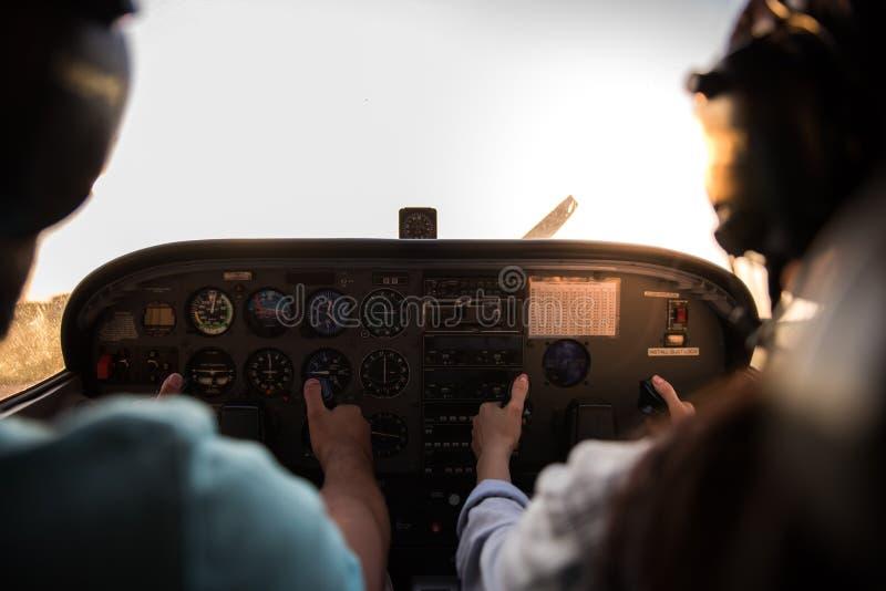 Coppie in aerei fotografie stock libere da diritti