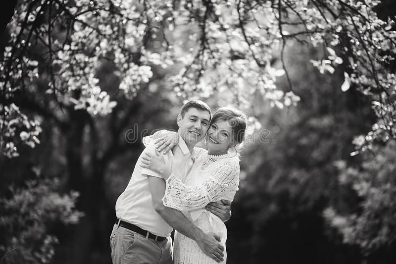 Coppie affascinanti ed alla moda castello d'annata del fondo di amore nel vecchio Rebecca 36 immagine stock