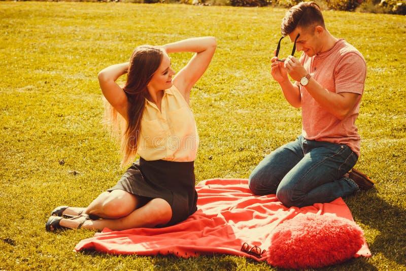 Coppie affettuose allegre sul picnic fotografia stock libera da diritti