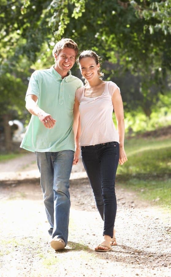 Coppie affettuose che camminano nella campagna Togethe immagini stock