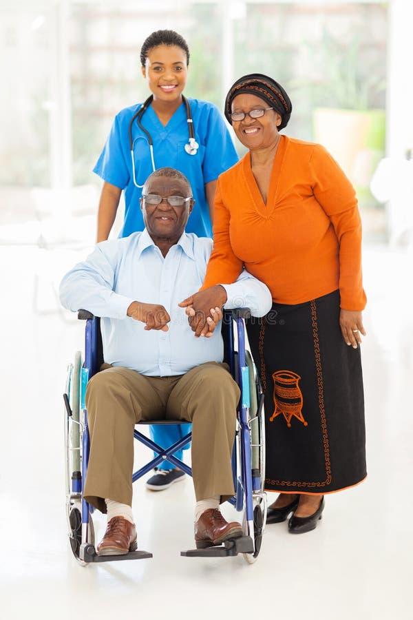 Coppie africane dell'anziano del lavoratore di sanità fotografie stock libere da diritti