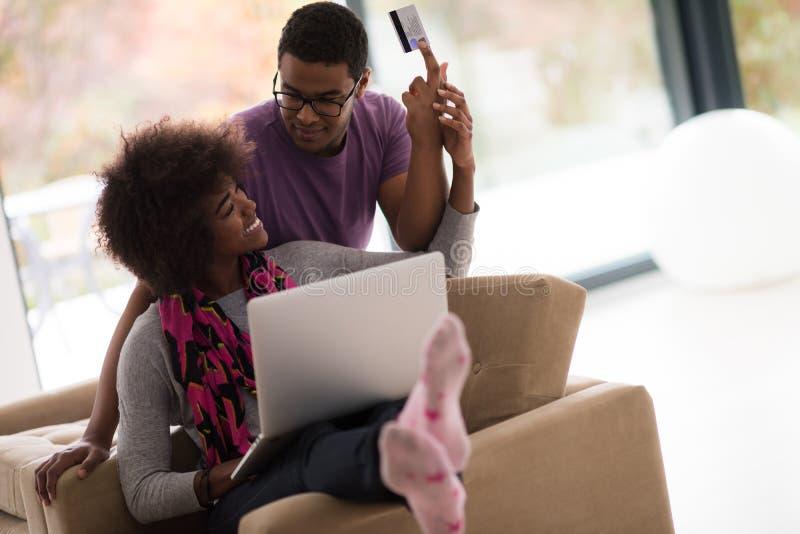 Coppie afroamericane che comperano online immagini stock libere da diritti