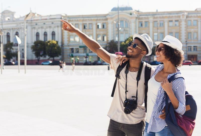 Coppie afroamericane dei turisti che fanno un giro turistico nella città fotografia stock libera da diritti