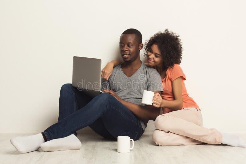 Coppie afroamericane felici che comperano online fotografie stock libere da diritti