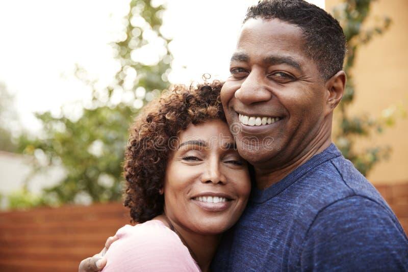 Coppie afroamericane invecchiate mezzo felice che abbracciano sorriso alla macchina fotografica, fine su immagini stock libere da diritti
