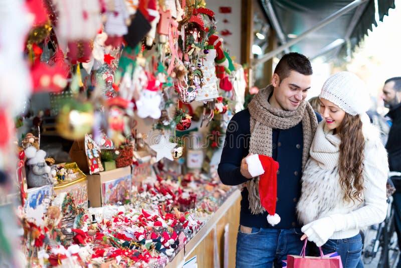 Download Coppie Al Mercato Di Natale Fotografia Stock - Immagine di maschio, scelta: 56878274