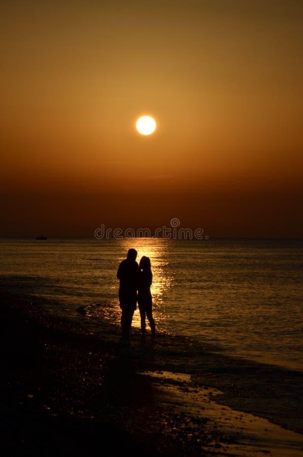 Coppie al tramonto fotografia stock