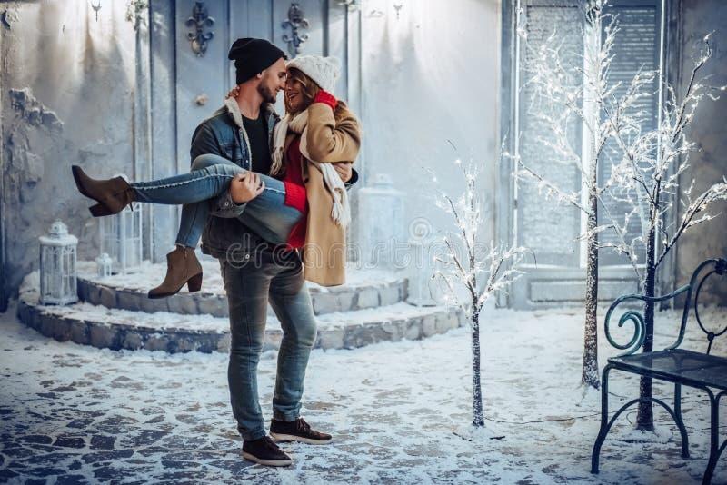 Coppie all'aperto nell'inverno fotografia stock libera da diritti