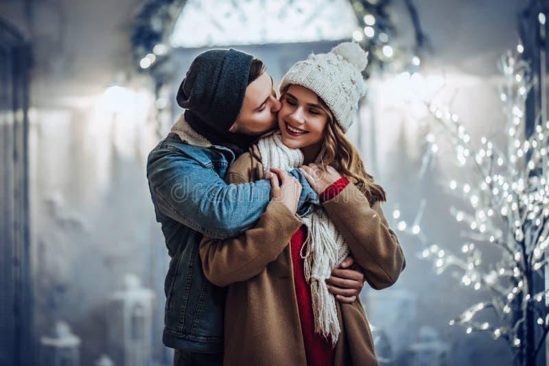 Coppie all'aperto nell'inverno fotografie stock libere da diritti