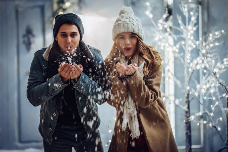 Coppie all'aperto nell'inverno immagini stock libere da diritti