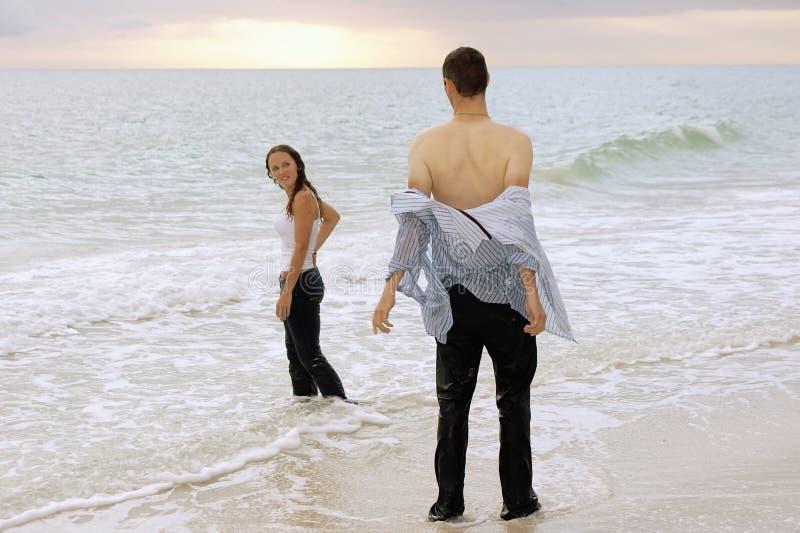 Coppie all'oceano al tramonto immagine stock