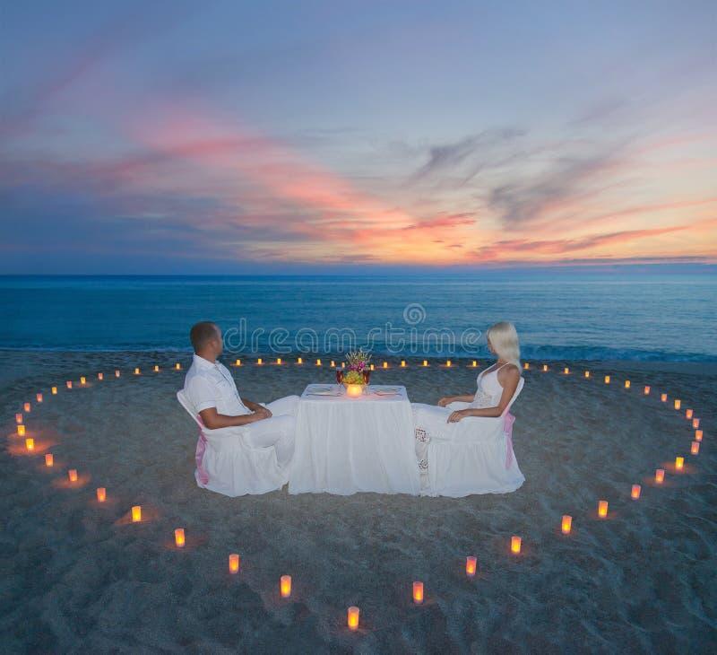 Coppie alla cena romantica della spiaggia con il cuore - Alla colorazione della spiaggia ...
