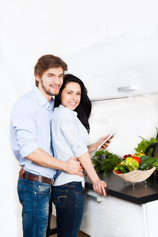 Coppie alla cucina immagine stock libera da diritti