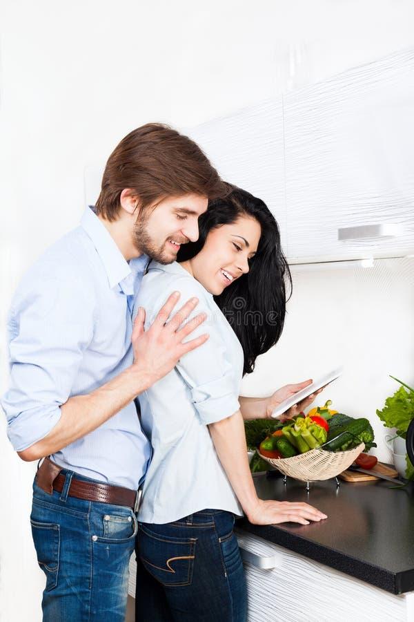 Coppie alla cucina fotografia stock