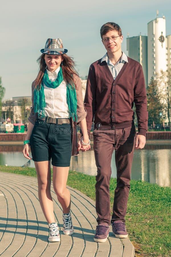 Coppie alla moda eleganti dei pantaloni a vita bassa di giovane modo fotografie stock