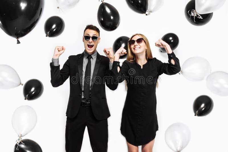 Coppie alla moda emozionali, un uomo in un vestito e una ragazza in un vestito, fotografia stock