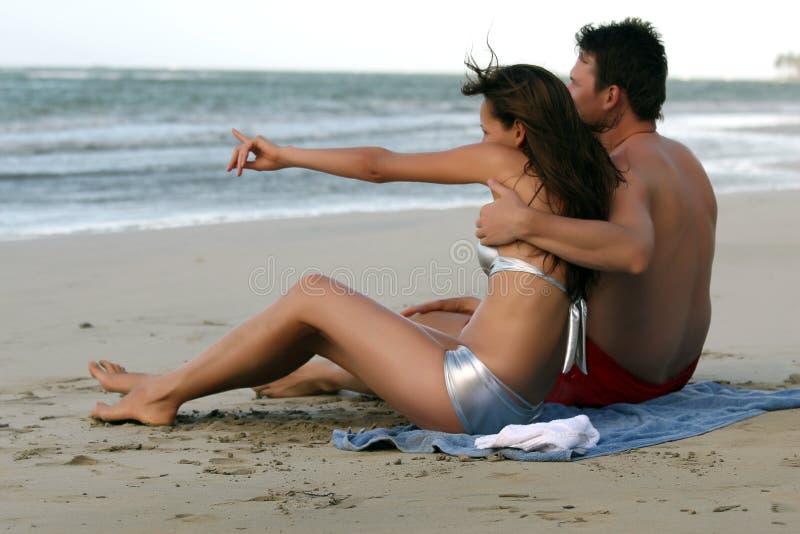 Coppie alla spiaggia fotografie stock