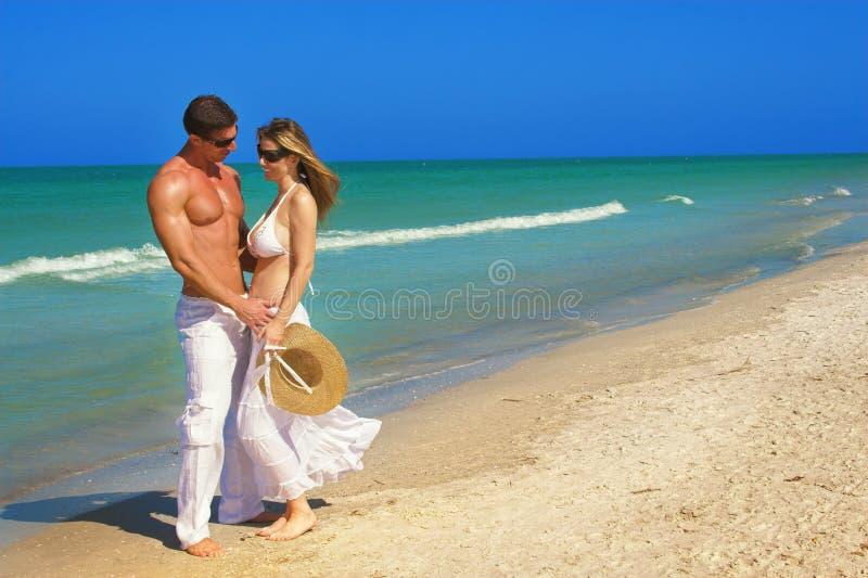 Coppie alla spiaggia immagini stock