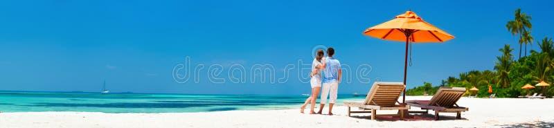 Coppie alla spiaggia tropicale fotografie stock