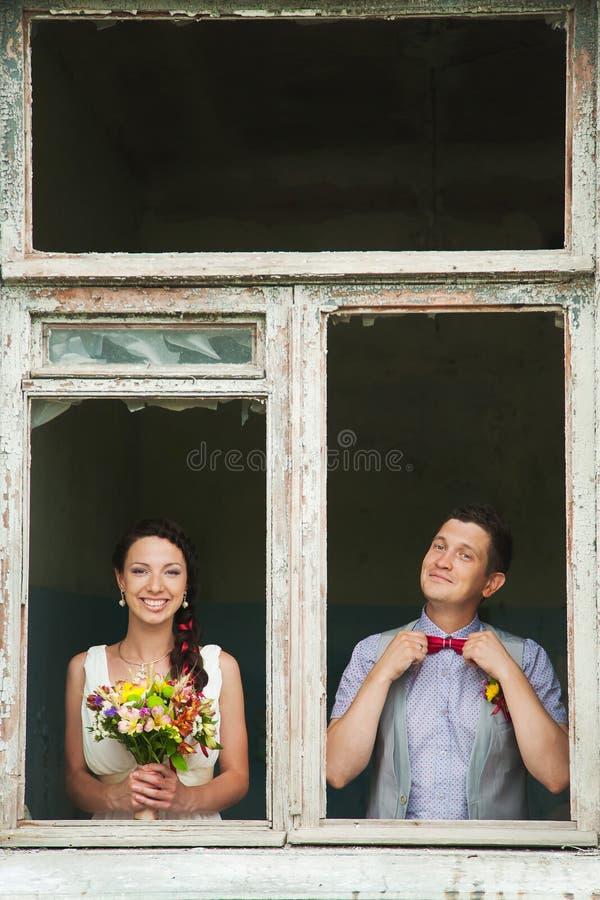 Coppie allegre di nozze divertendosi all'aperto sul giorno delle nozze fotografia stock libera da diritti