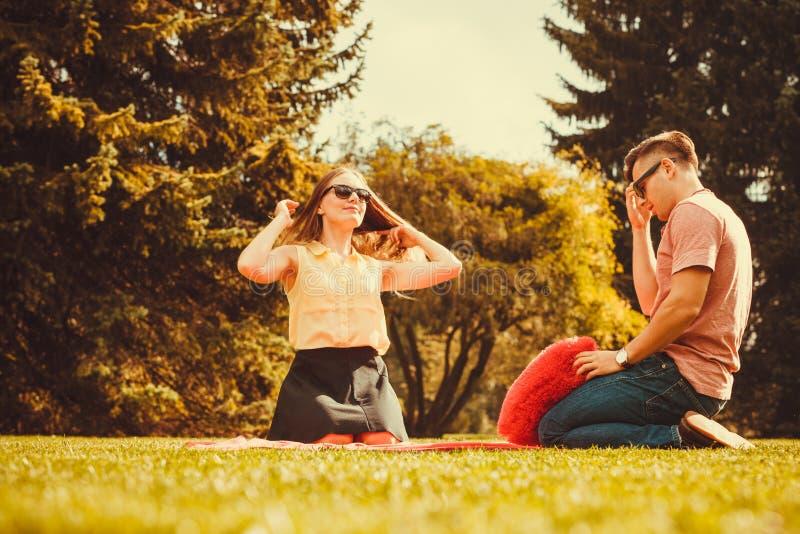 Coppie allegre divertendosi nel parco immagini stock libere da diritti