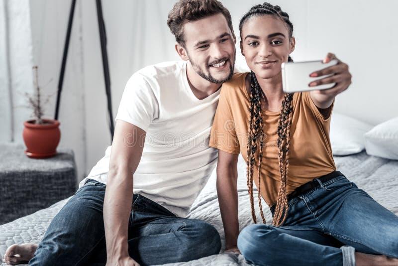 Coppie allegre felici che prendono un selfie fotografia stock libera da diritti