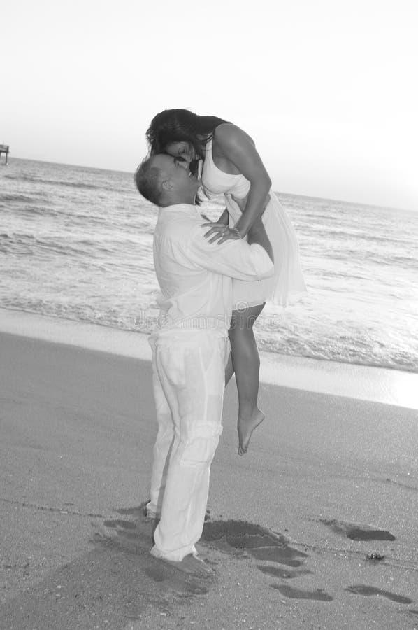 Download Coppie amorose immagine stock. Immagine di barefoot, donna - 7311179