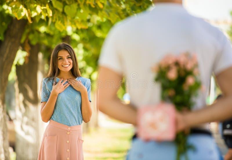 Coppie amorose ad una data fotografia stock