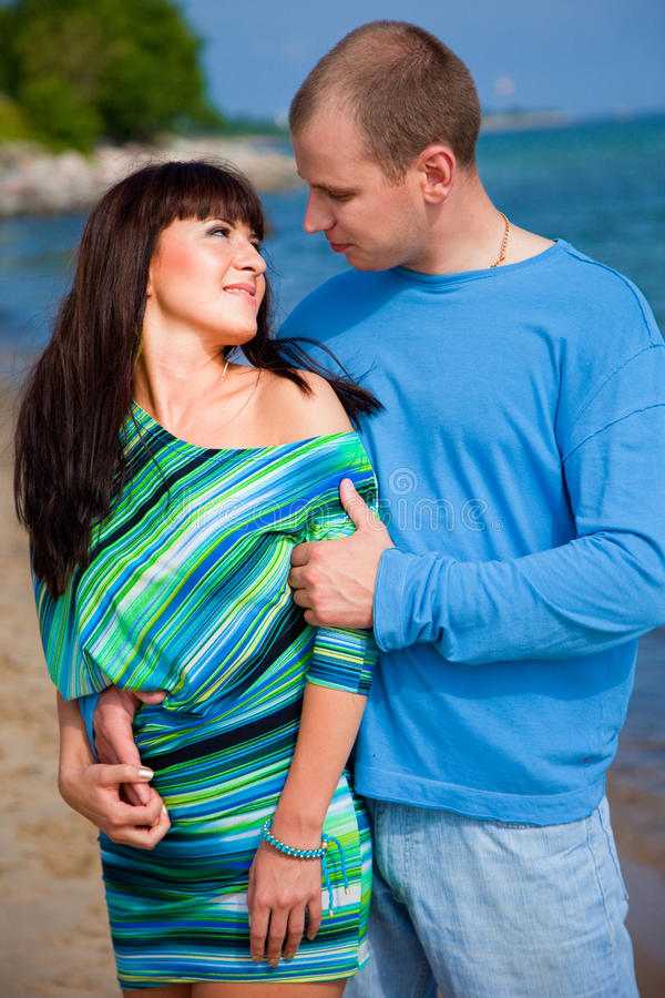 Download Coppie Amorose Che Abbracciano Sul Litorale Del Mare Blu Immagine Stock - Immagine di abbraccio, coppie: 21550103