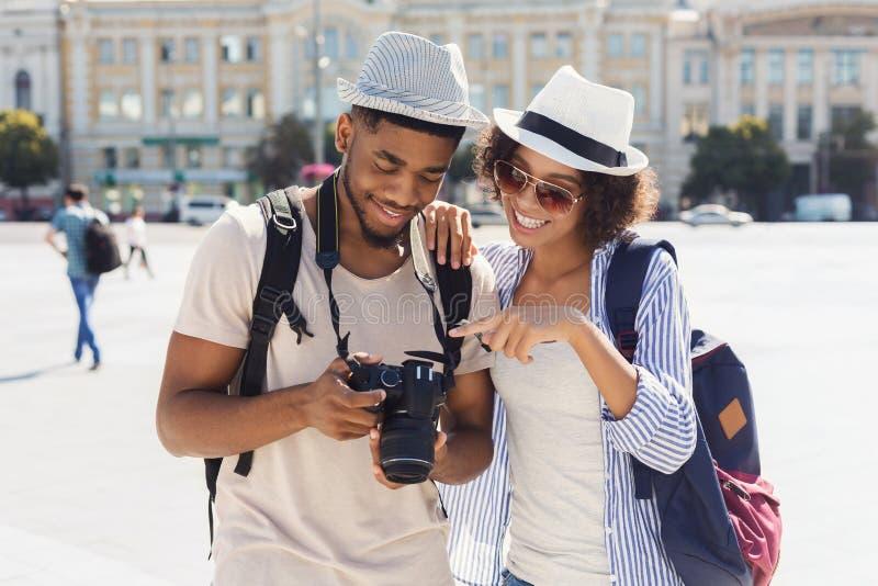 Coppie amorose che considerano le loro foto sulla macchina fotografica fotografie stock