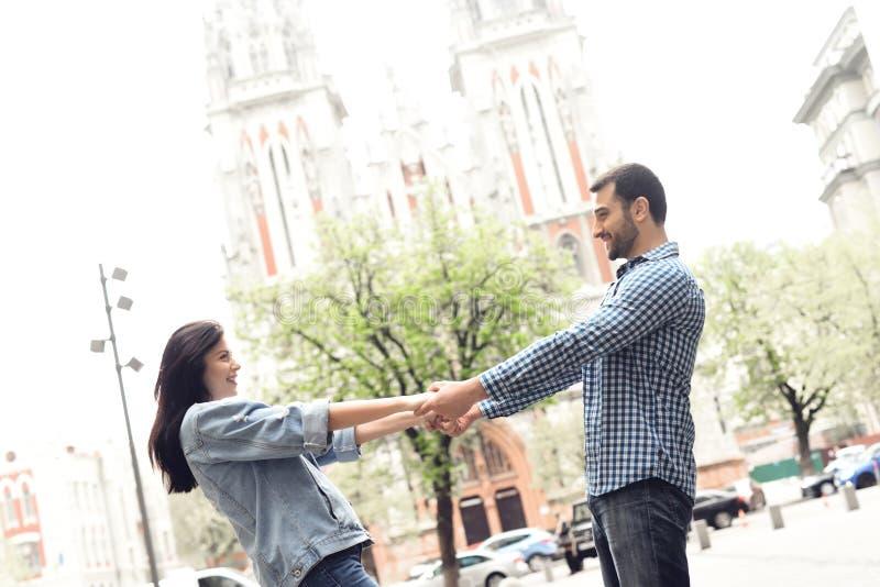 Coppie amorose che si tengono per mano su un fondo della chiesa fotografie stock