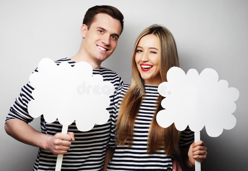 Coppie amorose che tengono carta in bianco sul bastone fotografie stock libere da diritti