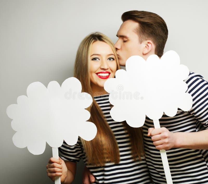 Coppie amorose che tengono carta in bianco sul bastone fotografia stock