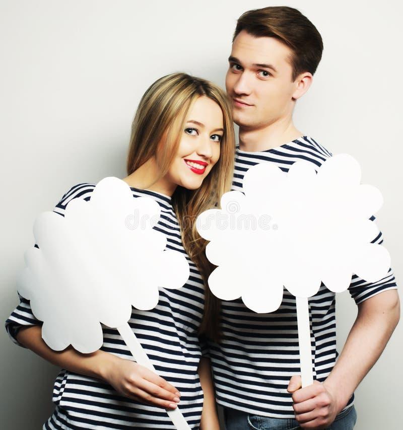 Coppie amorose che tengono carta in bianco sul bastone fotografia stock libera da diritti
