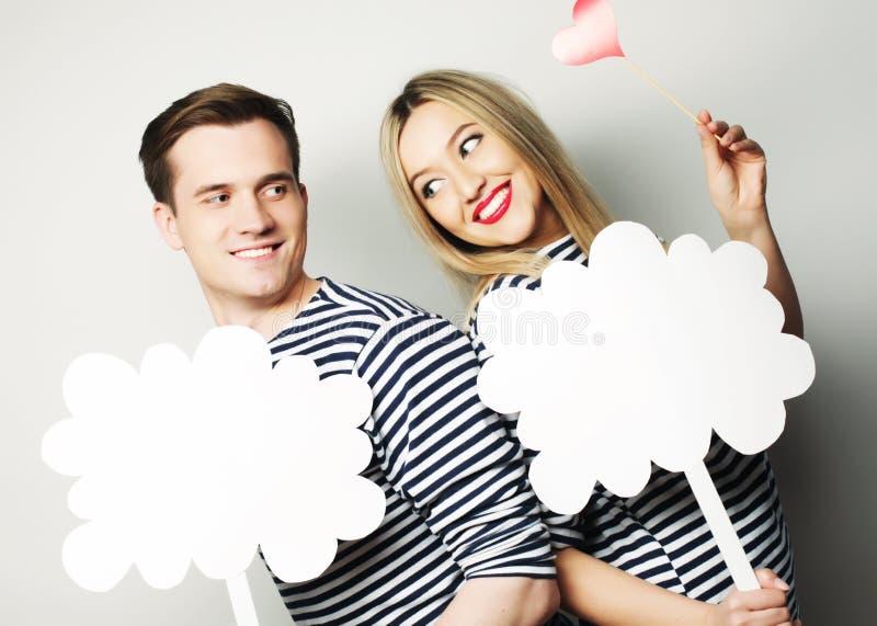 Coppie amorose che tengono carta in bianco sul bastone immagine stock libera da diritti