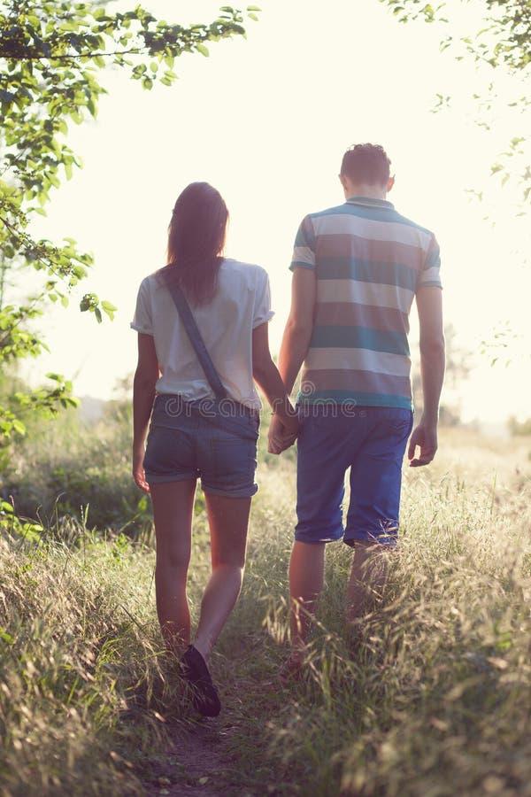 Coppie amorose di camminata fotografia stock libera da diritti
