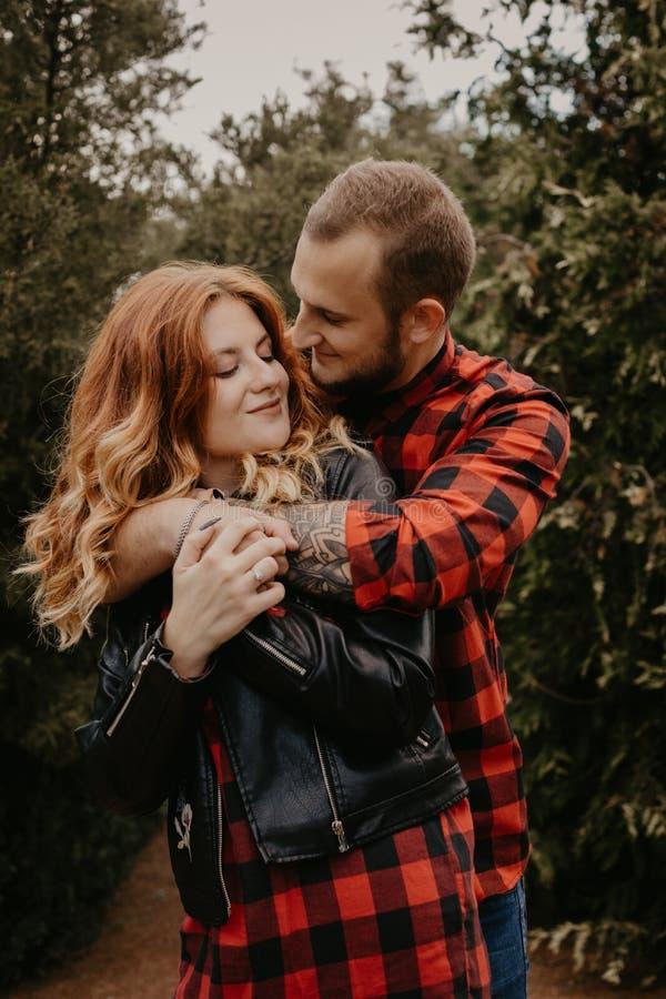 Coppie amorose felici all'aperto in parco immagini stock