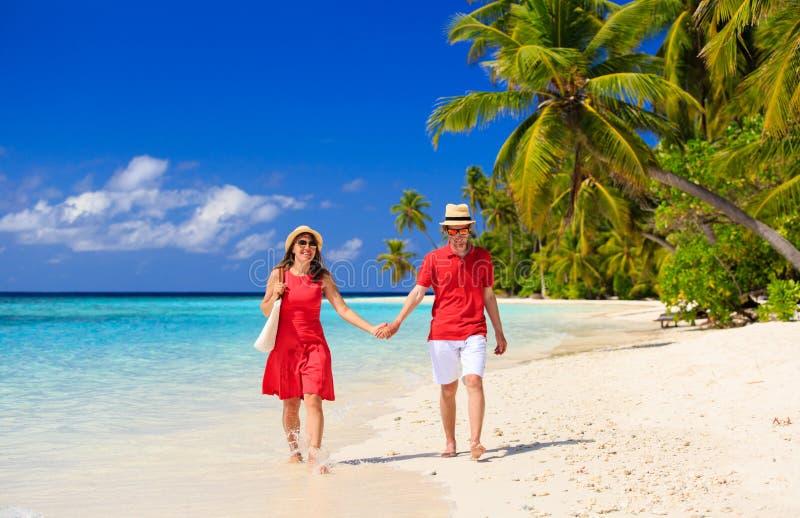 Coppie amorose felici che camminano sulla spiaggia fotografie stock libere da diritti