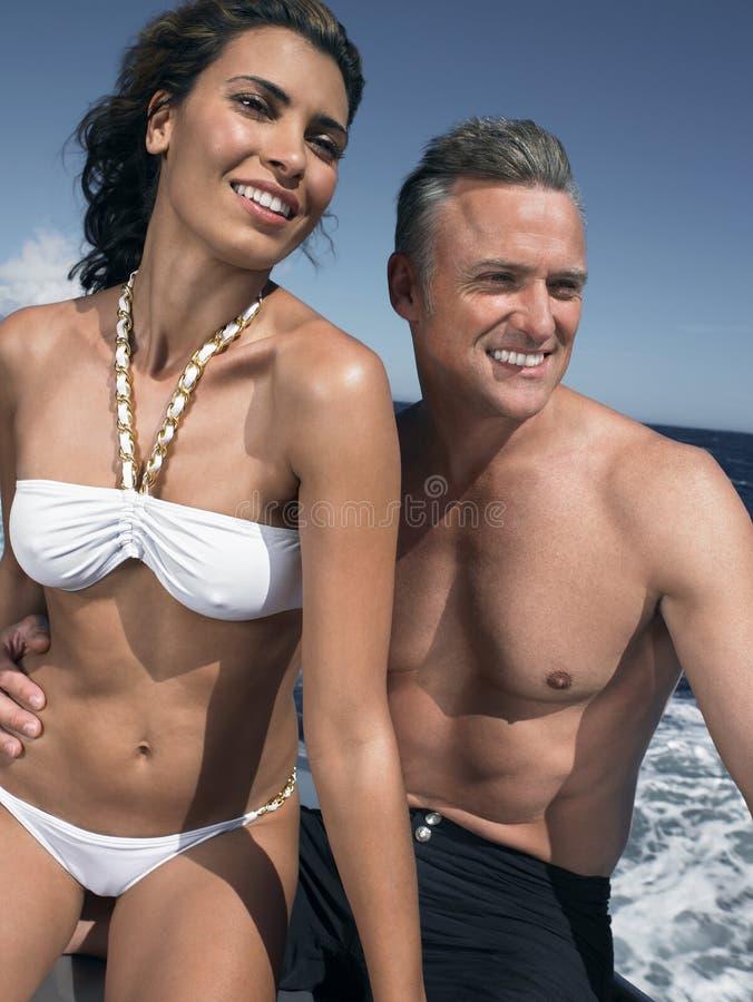 Coppie amorose felici che si siedono insieme sull'yacht fotografie stock
