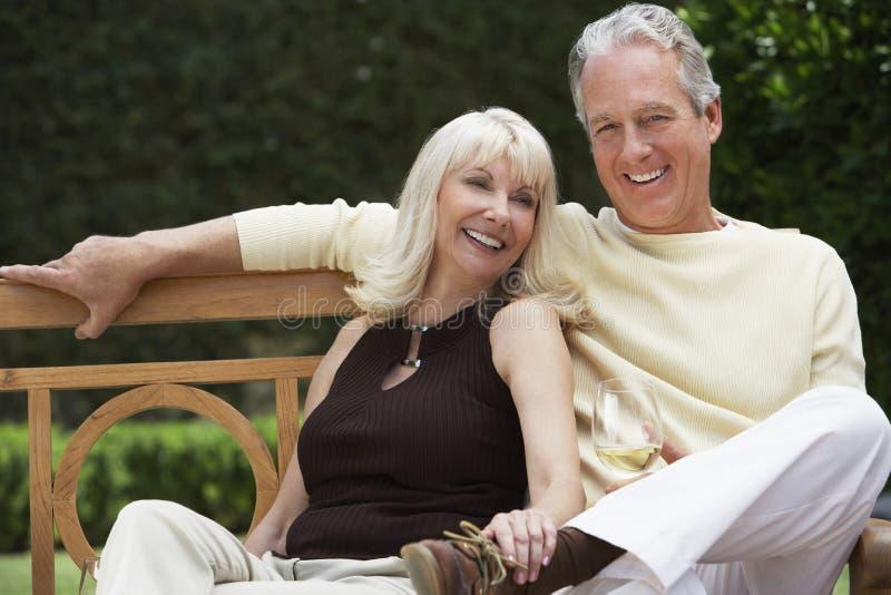 Coppie amorose felici con il vetro di vino immagine stock