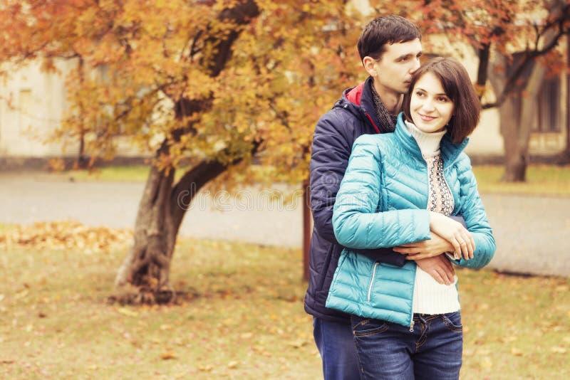Coppie amorose felici della famiglia all'aperto che camminano divertendosi su un parco immagini stock