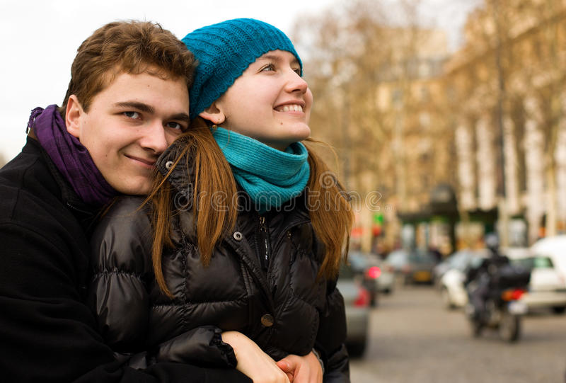 Coppie amorose felici a Parigi, abbracciante fotografie stock