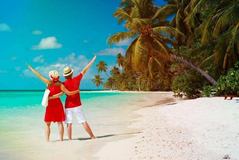 Coppie amorose felici sulla spiaggia tropicale fotografie stock libere da diritti
