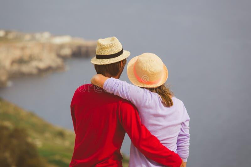 Coppie amorose felici sulla vacanza scenica del mare fotografie stock libere da diritti