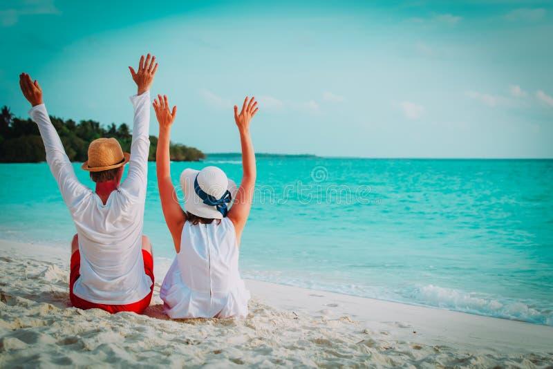 Coppie amorose felici sulla vacanza tropicale della spiaggia fotografia stock