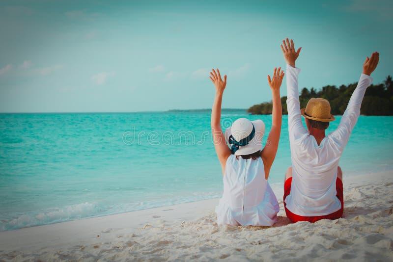 Coppie amorose felici sulla vacanza tropicale della spiaggia immagini stock libere da diritti