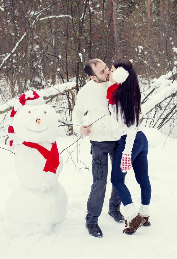 Coppie amorose nella foresta di inverno fotografia stock