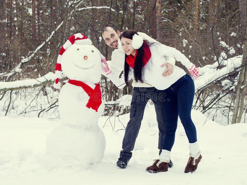 Coppie amorose nella foresta di inverno fotografia stock libera da diritti